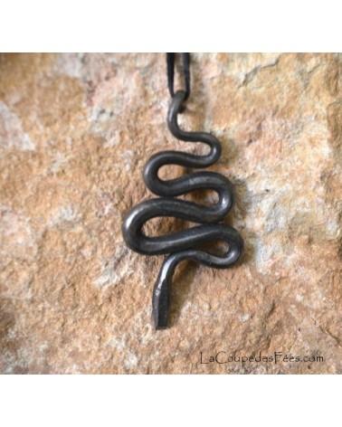 Pendentif serpent de fer